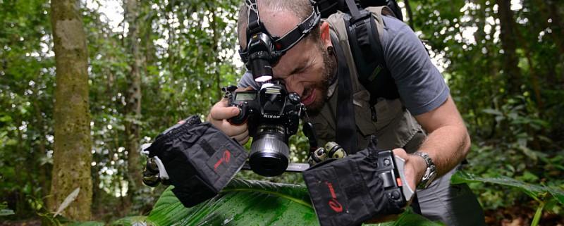 Emanuele Biggi taking a macro shot (©Francesco Tomasinelli)